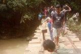 Tak ingin terisolasi, warga Nagari Sungai Durian swadaya bangun jembatan sementara