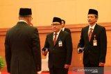 Pejabat baru Kepala Perwakilan Bank Indonesia Kalbar Agus Chusaini (kedua kanan) bersama pejabat lama Prijono (kanan) mengikuti upacara pengukuhan yang dipimpin Deputi Bank Indonesia Sugeng (kiri) di Kantor Perwakilan BI Kalbar di Pontianak, Jumat (21/2/2020). Agus Chusaini yang sebelumnya menjabat sebagai Kepala Perwakilan BI Purwokerto tersebut menggantikan Prijono. ANTARA FOTO/Jessica Helena Wuysang