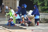 Sejumlah warga membersihkan sampah di sekitar sungai Cimanuk, Indramayu, Jawa Barat, Sabtu (22/2/2020). Aksi bersih sungai yang diikuti berbagai kalangan masyarakat tersebut dalam rangka memperingati Hari Peduli Sampah Nasional. ANTARA JABAR/Dedhez Anggara/agr
