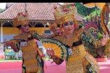 Sejumlah seniman menampilkan tari Legong Keraton Lasem dalam Festival Legong Keraton Lasem VI di Puri Agung Denpasar, Bali, Sabtu (22/2/2020). Kegiatan yang diikuti 156 penari tersebut merupakan rangkaian HUT ke-232 Kota Denpasar dalam upaya pelestarian budaya Bali ANTARA FOTO/Nyoman Hendra Wibowo/nym.