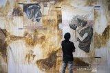 Pengunjung melihat pameran Drawing Mantra di Taman Budaya Jawa Barat, Bandung, Jawa Barat, Sabtu (22/2/2020). Pameran Drawing Mantra yang diikuti sembilan perupa muda ini menyuguhkan beragam kecenderungan bahasa ungkap, baik topik maupun teknis yang berbeda di setiap karyanya dan berlangsung hingga 29 Februari 2020 mendatang. ANTARA JABAR/M Agung Rajasa/agr