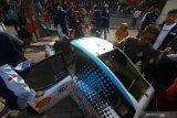Warga mengamati purwarupa mobil Antasena FCH 2.0 yang dipamerkan saat hari bebas kendaraan bermotor di Jalan Darmo, Surabaya, Jawa Timur, Minggu (23/2/2020). Kegiatan itu untuk mengenalkan kepada masyarakat purwarupa mobil berbahan bakar hidrogen karya mahasiswa Institut Teknologi Sepuluh Nopember (ITS) Surabaya. Antara Jatim/Didik/Zk