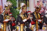 Pelajar menampilkan tarian saat Pentas Seni Budaya di halaman Balai Kota Madiun, Jawa Timur, Sabtu (22/2/2020). Pentas seni budaya yang diikuti ratusan pelajar SMP di Madiun tersebut mementaskan sejumlah seni tari dari berbagai daerah guna melestarikan seni tradisional. Antara Jatim/Siswowidodo/zk
