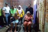 Bupati serahkan kursi roda kepada pasangan suami istri di Lunang