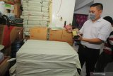 Polisi menunjukkan barang bukti saat penggerebekan rumah produksi jamu kuat ilegal di Babatan Pilang, Surabaya, Jawa Timur, Senin (24/2/2020). Direktorat Reserse Narkoba (Ditresnarkoba) Polda Jawa Timur menangkap tiga orang dalam penggerebekan itu dan mengamankan sejumlah barang bukti beberapa diantaranya alat produksi, jamu kuat siap edar sekitar 50 karton serta bahan baku jamu seberat sekitar 5 kilogram. Antara Jatim/Didik/Zk