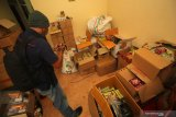Awak media merekam barang bukti saat penggerebekan rumah produksi jamu kuat ilegal di Babatan Pilang, Surabaya, Jawa Timur, Senin (24/2/2020). Direktorat Reserse Narkoba (Ditresnarkoba) Polda Jawa Timur menangkap tiga orang dalam penggerebekan itu dan mengamankan sejumlah barang bukti beberapa diantaranya alat produksi, jamu kuat siap edar sekitar 50 karton serta bahan baku jamu seberat sekitar 5 kilogram. Antara Jatim/Didik/Zk