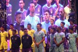 Sejumlah pesepak bola mengikuti launching klub sepak bola Persik Kediri di Stadion Brawijaya, Kota Kediri, Jawa Timur, Minggu (23/2/2020) malam. Klub berjulukan Macan Putih tersebut siap berlaga pada kompetisi Liga 1 musim 2020. Antara Jatim/Prasetia Fauzani/zk