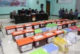 Puluhan Box yang berisi surat pernyataan dukungan (Form B1) pasangan bakal calon (Bacalon) Bupati dan Wakil Bupati Sidoarjo jalur perseorangan tertata di kantor Komisi Pemilihan Umum Daerah (KPUD) Sidoarjo, Jawa Timur, Minggu (23/2/2020) malam. Pasangan bakal calon (Bacalon) Bupati dan Wakil Bupati Sidoarjo Agung Sudiyono dan Sugeng Hariadi menyerahkan sebanyak 36 box yang berisi surat pernyataan dukungan (Form B1) yang disertai dengan fotokopi E-KTP dan memasukkan data pendukung ke dalam SILON (Sistem Informasi Pencalonan) sebanyak 91.000 untuk maju sebagai kandidat bakal calon Bupati dan Wakil Bupati periode 2020-2025 melalui jalur perseorangan pada pilkada mendatang. Antara Jatim/Umarul Faruq/zk