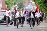 Pasangan bakal calon (Bacalon) Bupati dan Wakil Bupati Sidoarjo Agung Sudiyono (kedua kanan) dan Sugeng Hariadi (kedua kiri) bersepeda menuju kantor Komisi Pemilihan Umum Daerah (KPUD) Sidoarjo, Jawa Timur, Minggu (23/2/2020). Agung Sudiyono dan Sugeng Hariadi mendaftar untuk maju sebagai kandidat bakal calon Bupati dan Wakil Bupati periode 2020-2025 melalui jalur perseorangan pada pilkada mendatang. Antara Jatim/Umarul Faruq/zk