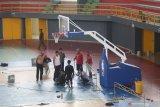 Pekerja menyelesaikan pembuatan lapangan basket menjelang Indonesian Basketball League (IBL) di Gor Jayabaya, Kota Kediri, Jawa Timur, Senin (24/2/2020). Gor Jayabaya Kota Kediri akan menjadi tempat penyelenggaraan IBL seri 5 pada 28 Februari hingga 1 Maret 2020. Antara Jatim/Prasetia Fauzani/zk