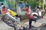 Viral, pengendara di Inhu banting motor depan Polisi usai ditilang