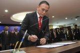 Ketua Umum PSSI Mochamad Iriawan menandatangani berkas pelantikan pengurus PSSI di Gedung KONI, Jakarta, Senin (24/2/2020). KONI pusat resmi melantik pengurus PSSI masa bakti 2019-2023. ANTARA FOTO/Galih Pradipta/nym.