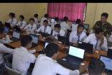 Sejumlah pelajar mengikuti simulasi Ujian Nasional Berbasis Komputer (UNBK) di SMK Pariwisata Dalung, Badung, Bali, Selasa (25/2/2020). Simulasi tersebut dilakukan sebagai persiapan pelajar dan pihak sekolah menjelang pelaksanaan UNBK SMK yang dijadwalkan berlangsung pada 16-19 Maret mendatang. ANTARA FOTO/Fikri Yusuf/nym.