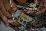 Perajin memodifikasi diecast menjadi di Guha Garage, Sadang Serang, Bandung, Jawa Barat, Selasa (25/2/2020). Jasa modifikasi diecast atau mainan berbahan dasar besi berdasarkan mobil aslinya tersebut diminati kolektor dari berbagai negara di Asia dan Australia dengan tarif Rp 300 ribu hingga Rp 1,2 juta tergantung tingkat kerumitannya. ANTARA JABAR/Raisan Al Farisi/agr