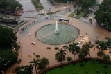Suasana sejumlah kendaraan melintasi banjir yang menggenangi kawasan Bundaran Bank Indonesia di Jakarta Pusat, Selasa (25/2/2020) pagi. Hujan deras yang mengguyur Jakarta membuat sejumlah wilayah di Ibu Kota terendam banjir. ANTARA FOTO/Winda Wahyu Fariansih/nym.