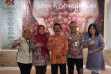 Kepala Biro ANTARA Jatim Slamet Hadi Purnomo (tengah) berfoto bersama dengan perwakilan BPJS Kesehatan Jember, Pasuruan, Sidoarjo dan Gresik di Kantor LKBN Antara Biro Jawa Timur, Rabu (26/2/2020). Kunjungan tersebut dalam rangka menjalin silahturahmi dan membicarakan terkait perkembangan BPJS Kesehatan di sejumlah wilayah di Jawa Timur. Antara Jatim/Indra Setiawan/ZK