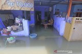 Warga berada di rumahnya yang terendam banjir di perumahan Artha Graha, Sindang, Indramayu, Jawa Barat, Rabu (26/2/2020). Banjir akibat hujan deras yang terjadi pada Minggu (23/2) lalu masih merendam puluhan rumah di daerah tersebut. ANTARA JABAR/Dedhez Anggara/agr
