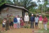 Plt Bupati Solok Selatan bantu Mulyadi warga Talunan Maju yang menderita lumpuh