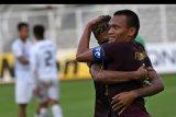 Pesepak bola PSM Makassar Ferdinand Sinaga (kanan) memeluk rekannya, Yakob Sayuri usai menjebol gawang Shan United dalam pertandingan lanjutan fase Grup H Piala AFC di Stadion Madya, Gelora Bung Karno, Jakarta, Rabu (26/2/2020). PSM mengalahkan klub asal Myanmar itu dengan skor 3-1. ANTARA FOTO/Aditya Pradana Putra/nym.