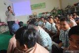 Polisi Wanita (Polwan) Sat Binmas Polrestabes Surabaya melaksanakan kegiatan penyuluhan kepada pelajar dengan materi kenakalan remaja dan antisipasi kelompok geng di SMPN 44 Surabaya, Jawa Timur, Kamis (27/2/2020). Kegiatan itu bertujuan untuk menumbuhkan rasa peduli dan paham akan hukum sejak usia dini serta meniadakan gangguan kamtibmas utamanya kelompok geng yang sedang marak di kalangan remaja. Antara Jatim/Didik/Zk