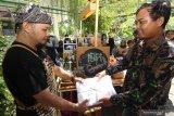 Barista menerima sampah kertas yang ditukarkan dengan kopi di Kampus Unair Banyuwangi, Jawa Timur, Kamis (27/2/2020). Ngopi bayar sampah yang digelar di area kampus oleh mobile cafe itu, selain diharapkan mengedukasi mahasiswa agar tidak membuang sampah sembarangan juga mengenalkan nilai ekonomi dari hasil pengolahan sampah. Antara Jatim/Budi Candra Setya/zk