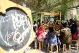Barista memberikan edukasi proses kopi pada mahasiswa saat menggelar ngopi bayar sampah di Kampus Unair Banyuwangi, Jawa Timur, Kamis (27/2/2020). Ngopi bayar sampah yang digelar di area kampus oleh mobile cafe itu, selain diharapkan mengedukasi mahasiswa agar tidak membuang sampah sembarangan juga mengenalkan nilai ekonomi dari hasil pengolahan sampah. Antara Jatim/Budi Candra Setya/zk