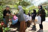 Barista menerima sampah plastik yang ditukarkan dengan kopi di Kampus Unair Banyuwangi, Jawa Timur, Kamis (27/2/2020). Ngopi bayar sampah yang digelar di area kampus oleh mobile cafe itu, selain diharapkan mengedukasi mahasiswa agar tidak membuang sampah sembarangan juga mengenalkan nilai ekonomi dari hasil pengolahan sampah. Antara Jatim/Budi Candra Setya/zk