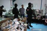 Manfaatkan isu corona, polisi grebek pabrik masker ilegal