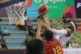 Pebasket Amartha Hangtuah Laquavioous Kashaka Cotton (kanan) mencoba memasukkan bola dihalangi pebasket Satya Wacana Salatiga Henri Cornelis Lakay (kiri) saat pertandingan seri kelima Indonesian Basketball League (IBL) Pertamax 2020 di Gor Jayabaya, Kota Kediri, Jawa Timur, Jumat (28/2/2020). Amartha Hangtuah menang atas Satya Wacana Salatiga dengan skor 83-78. Antara Jatim/Prasetia Fauzani/zk.