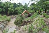 Petugas menggunakan alat berat membersihkan sungai dengan mengeruk sampah dan timbunan material di Sungai Jeroan Kabupaten Madiun, Jawa Timur, Kamis (27/2/2020). Pembersihan sungai tersebut merupakan bagian dari upaya pengendalian banjir di kawasan aliran anak Sungai Madiun. Antara Jatim/Siswowidodo