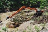 Petugas menggunakan alat berat membersihkan sungai dengan mengeruk sampah dan timbunan material di Sungai Jeroan Kabupaten Madiun, Jawa Timur, Kamis (27/2/2020). Pembersihan sungai tersebut merupakan bagian dari upaya pengendalian banjir di kawasan aliran anak Sungai Madiun. Antara Jatim/Siswowidodo/zk