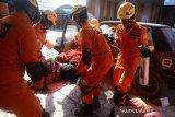 Anggota Basarnas mengevakuasi korban kecelakaan mobil saat berlangsung latihan penyelamatan korban kecelakaan lalu lintas di Banda Aceh, Aceh, Jumat (28/2/2020). Latihan dalam rangkaian kegiatan HUT ke 48 Basarnas itu untuk meningkatkan dan kesiapan anggota SAR yang handal dan profesional dalam penyelamatan korban kecelakaan di jalan raya maupu di perairan. Antara Aceh/Ampelsa.
