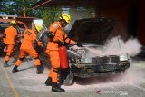 Anggota Basarnas menyemprotkan racun api pada kendaraan yang terbakar saat berlangsung latihan penyelamatan korban kecelakaan lalu lintas di Banda Aceh, Aceh, Jumat (28/2/2020). Latihan dalam rangkaian kegiatan  HUT ke 48 Basarnas itu untuk meningkatkan dan kesiapan anggota SAR yang handal dan profesional dalam penyelamatan korban kecelakaan di jalan raya maupu di perairan. Antara Aceh/Ampelsa.