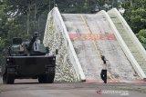 Kendaraan tempur Medium Tank Harimau hasil produksi dari PT Pindad (Persero) melintas saat parade kendaraan di Komplek Pindad, Bandung, Jawa Barat, Jumat (28/2/2020). Parade tersebut merupakan unjuk kemampuan dan ketahanan kendaraan tempur produksi PT Pindad kepada delegasi Pemerintah Republik Philipina dalam rangka kerjasama bidang logistik dan industri pertahanan. ANTARA JABAR/M Agung Rajasa/agr