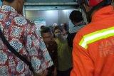 17 orang terjebak dalam lift