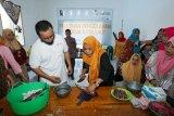 Perempuan pesisir di Majene dilatih mengolah makanan berbahan hasil laut