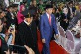 Presiden RI Joko Widodo (kanan) didampingi Gubernur Jatim, Khofifah Indar Parawansa (kedua kiri) guru besar Dr KH Asep Saifuddin Chalim (kedua kanan) saat tiba di Universitas Islam Negeri Sunan Ampel (UINSA) Surabaya, Jawa Timur, Sabtu (29/2/2020). Kedatangan presiden tersebut dalam rangka pengukuhan KH Asep Saifuddin Chalim sebagai Guru Besar Bidang Ilmu Sosiologi  di Universitas Islam Negeri Sunan Ampel (UINSA) Surabaya. Antara Jatim/Umarul Faruq/zk