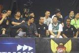 Wali Kota Kediri Abdullah Abu Bakar saat melihat pertandingan IBL 2020 series Kediri di GOR Jayabaya Kediri, Jawa Timur, Jumat (28/2/2020) petang. Kegiatan itu di Kediri berlangsung 28 Februari hingga 1 Maret 2020. Antara Jatim/ HO-Humas Pemkot Kediri- Ach