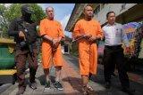 Polisi menggiring warga negara Selandia Baru Andrew Ivan Dolan (kedua kiri) dan warga Indonesia M. Toriq (kedua kanan) dalam konferensi pers kasus narkoba di Mapolresta Denpasar, Bali, Senin (2/3/2020). Satuan Resnarkoba Polresta Denpasar bersama Satgas CTOC Polda Bali menangkap Andrew Ivan Dolan karena memakai 0,51 gram sabu-sabu dan menangkap M. Toriq sebagai kurir narkoba dengan barang bukti 690 gram sabu-sabu. ANTARA FOTO/Nyoman Hendra Wibowo/nym