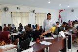 Ketua KPU Pandeglang Ahmad Sujai dan Staf KPU menerima pendaftaran calon anggota PPK