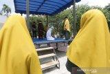 Terpidana (tengah) pelanggar peraturan daerah (qanun) Aceh menjalani eksekusi cambuk di Taman Bustanussalatin, Banda Aceh, Aceh, Senin (2/3/2020). Mahkamah Syar'iyah Kota Banda Aceh menjatuhkan vonis hukuman cambuk antara 21 hingga 42 kali cambuk terhadap delapan pelanggar pasal 24 ayat 1 dan pasal 46 qanun Aceh nomor 6/2014 tentang hukum jinayat. Antara Aceh/Irwansyah Putra.