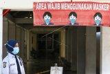 Petugas menggunakan masker di RSPI Sulianti Saroso, Jakarta, Senin (2/3/2020). Presiden Joko Widodo mengumumkan dua orang positif terjangkit virus corona, dan saat ini berada di ruang isolasi RSPI Sulianti Saroso, Jakarta. ANTARA FOTO/Rivan Awal Lingga/nym.