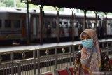 Calon penumpang Kereta Api (KA) menggunakan masker di Stasiun KA Madiun, Jawa Timur, Selasa (3/3/2020). PT KAI Daerah Operasi 7 Madiun menyediakan fasilitias hand sanitizer dan membagikan masker kepada penumpang guna mengantisipasi penyebaran virus corona. Antara Jatim/Siswowidodo/zk