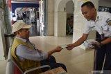 Petugas membagikan masker kepada calon penumpang Kereta Api (KA) Stasiun KA Madiun, Jawa Timur, Selasa (3/3/2020). PT KAI Daerah Operasi 7 Madiun menyediakan fasilitias hand sanitizer dan membagikan masker kepada penumpang guna mengantisipasi penyebaran virus corona. Antara Jatim/Siswowidodo/zk