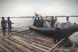 TNI AL temukan 1.400 batang kayu tak bertuan di Sungai Kapuas