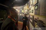 Seorang pemandu cilik memberikan keterangan kepada pengunjung tentang sejarah Gedung Sate di Museum Gedung Sate, Bandung, Jawa Barat, Rabu (4/3/2020). Provinsi Jawa Barat berencana akan menutup sementara Museum Gedung Sate setelah Gubernur Jabar Ridwan Kamil menyatakan Jabar Siaga 1 COVID-19. ANTARA JABAR/Raisan Al Farisi/agr