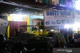 Bofet nasi goreng di Bandar Buat porak poranda di hantam truk, pembeli kocar-kacir (Video)