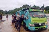 Dua truk pengangkut pasir terjebak luapan Sungai Serayu
