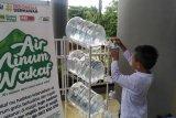 ACT Sulsel bagikan air minum wakaf dan makanan dari warung dermawan