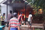 Sebuah rumah terbakar saat ditinggal berjualan